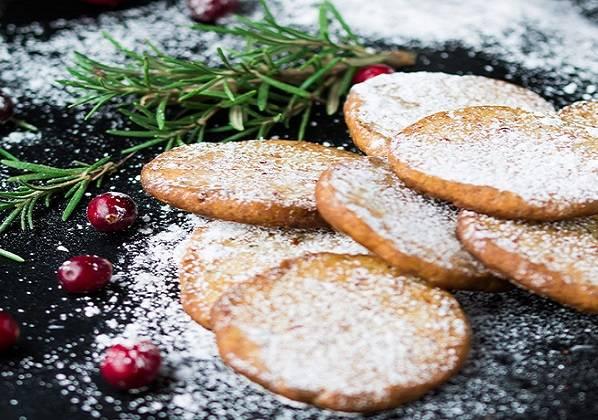 8. Готовое песочное печенье с клюквой в домашних условиях остудите и посыпьте сахарной пудрой. Можно подавать его к столу!
