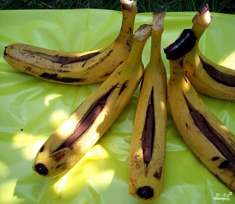 1.Необходимо помыть банан, после разрезаем его вдоль, сделав карман. Необходимо разрезать аккуратно, чтобы не повредить нижнюю кожуру. Начиняем банан кусочками шоколада (как дополнение можно положить внутрь еще орехи или миндаль).