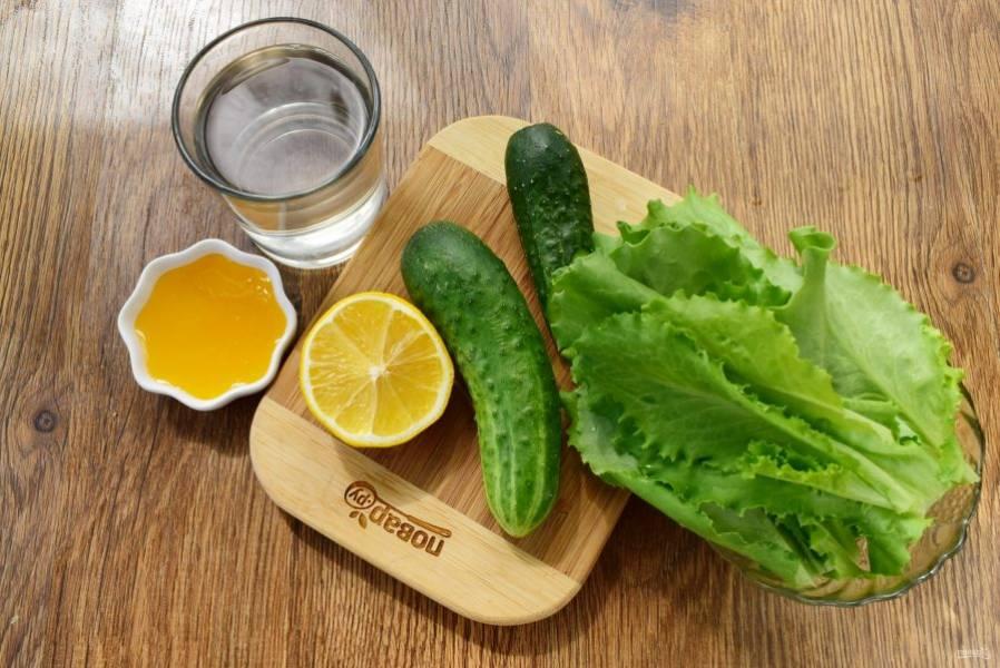 Детокс-смузи из огурца и салата. Огурцы и салат вымойте.