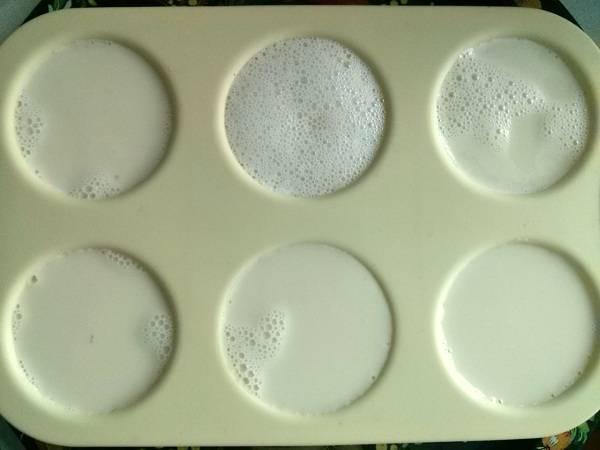 3.      Мешайте до растворения желатина, а затем разлейте по формочкам и поставьте в холодильник на 2 часа для застывания.