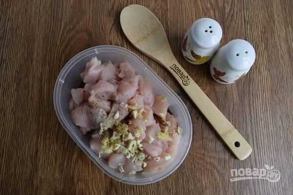 Имбирь и чеснок очистите, измельчите. Добавьте к мясу, перемешайте с 1 ст. л. растительного масла, посолите и поперчите по вкусу и оставьте мариноваться на 30 минут.