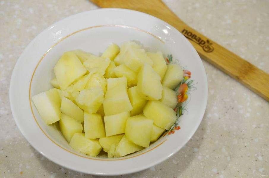 9. Картофель почистите, нарежьте кубиком и отварите до полуготовности. Не солите.