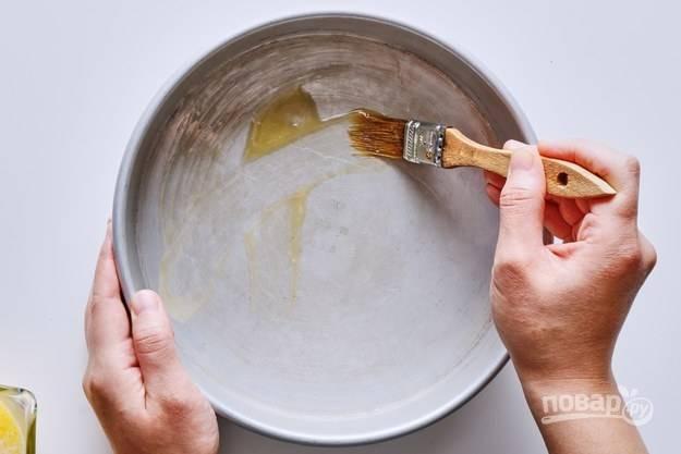 1. Чайную ложку растопленного сливочного масла распределите по жаропрочной форме.