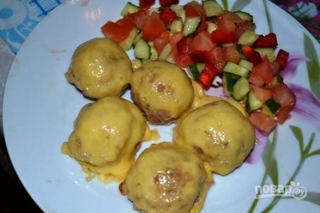 Готовые фрикадельки в шубке подавайте с овощным салатом или с любым гарниром.