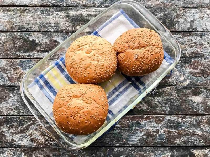 Возьмите жаропрочную форму, смажьте ее небольшим количеством растительного масла, выложите булочки и отправьте в предварительно разогретую духовку до 180 градусов на 10-15 минут.