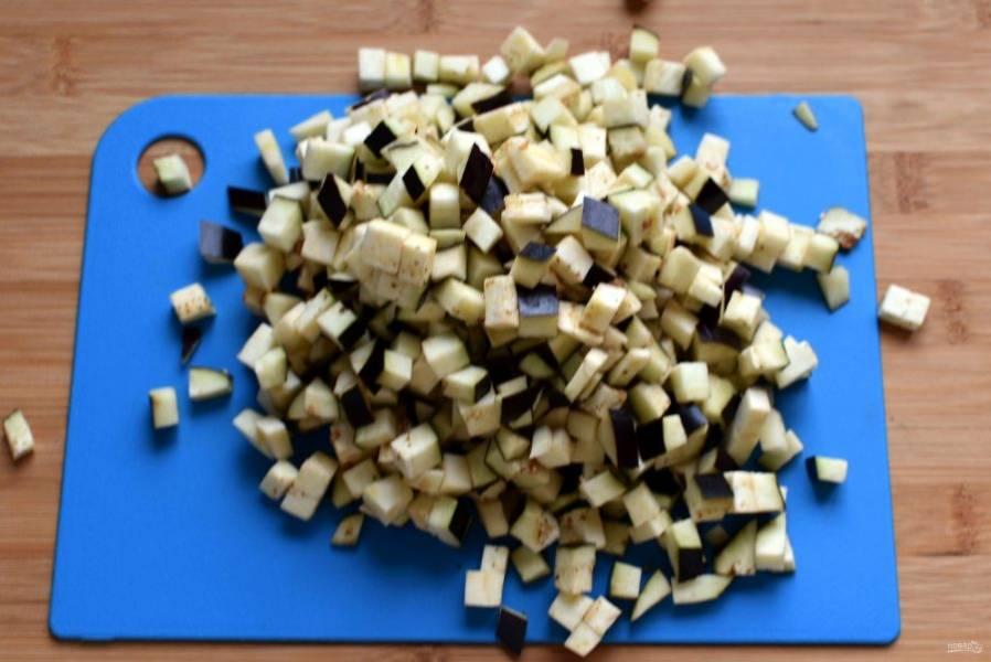 Овощи вымойте и очистите. Баклажаны нарежьте некрупными кубиками. Я баклажаны не замачиваю и не солю.