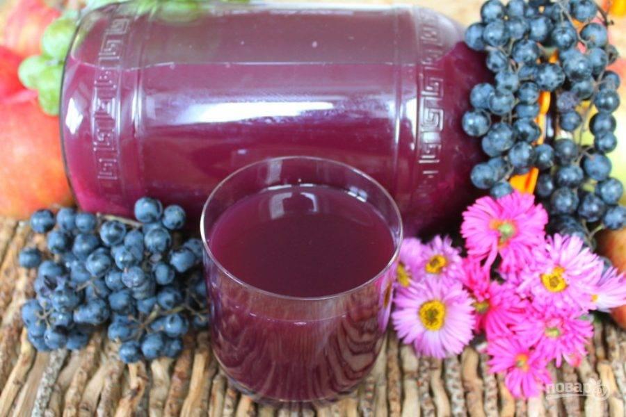 Кипящий сок разливаем в стерильные банки и закатываем. Сок из винограда и яблок готов к зиме. Пейте на здоровье.