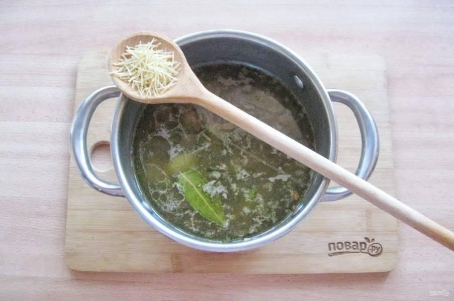 """Варите суп с печенью 10 минут, после добавьте вермишель. У меня очень тонкая вермишель """"паутинка"""", которая варится 5-6 минут."""