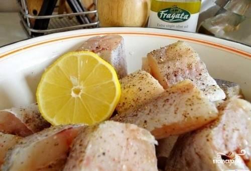 1. Перед приготовлением этого блюда минтай следует замариновать. Для этого нам понадобится лимон. Нужно нарезать половинки лимона и выдавить немного сока на рыбу. Посолить и приправить, после чего оставить на двадцать минут промариноваться.
