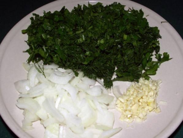 Зелень, чеснок и оставшуюся луковицу мелко порежьте.