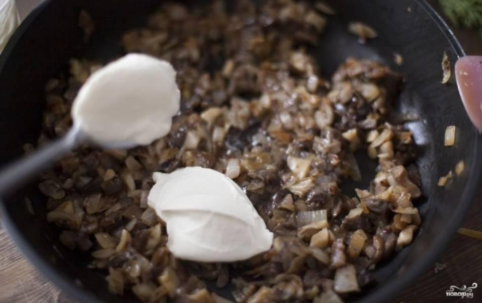 Жарьте грибы на отдельной сковороде до полного выпаривания воды. После добавьте к ним лук и сметану. Если необходимо, посолите.