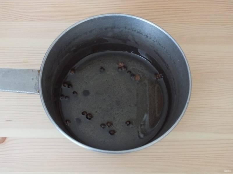 В сотейнике смешайте масло, 1/2 указанного количества кориандра и душистого перца. Поставьте на огонь, доведите до кипения и снимите. Охладите.