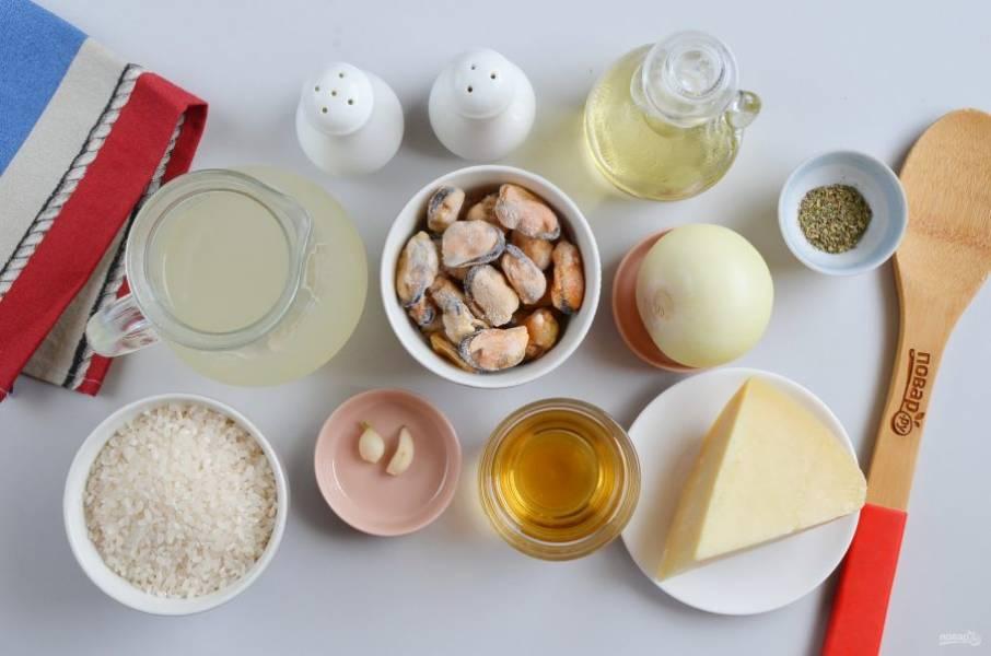 Подготовьте ингредиенты для ризотто. Мидии размораживать заранее не нужно, просто достаньте из морозилки и пусть лежат на столе.