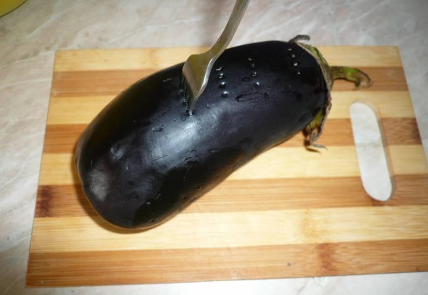 2. Надкалываем каждый овощ вилкой и отправляем запекаться в духовку. Можно завернуть овощи в фольгу и за 5 минут до приготовления снять ее, дав образоваться корочке. Также овощи можно сделать на гриле.