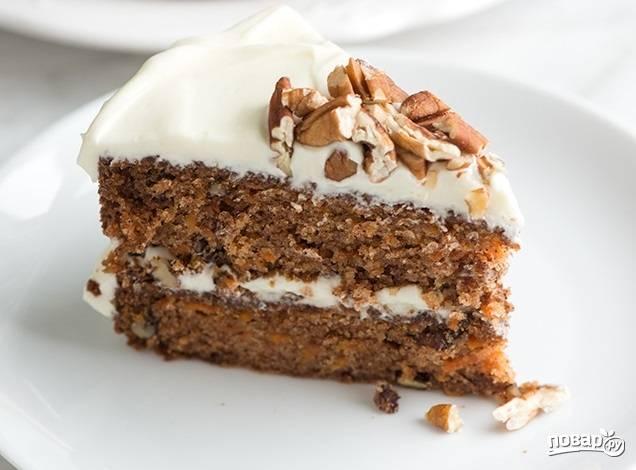 8. Соберите тортик и дайте ему немного настояться. Украсьте перед подачей орешками. Приятного чаепития!