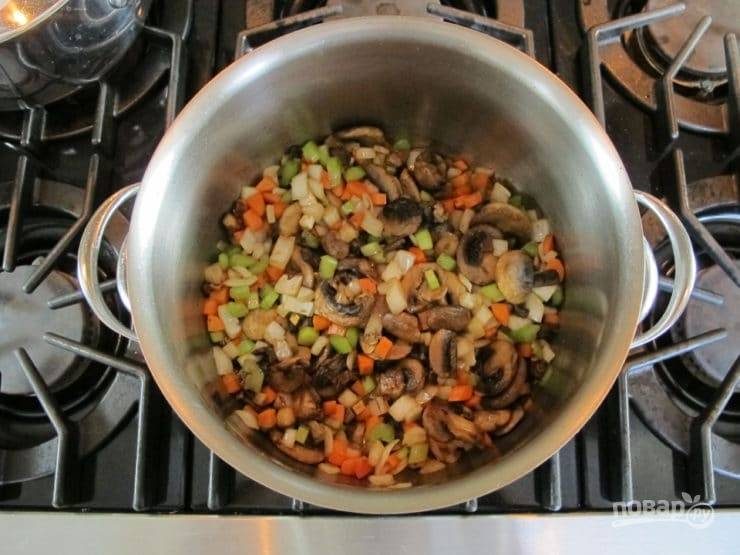 5. Через пару минут добавьте в кастрюлю сельдерей и морковь мелкими кубиками.