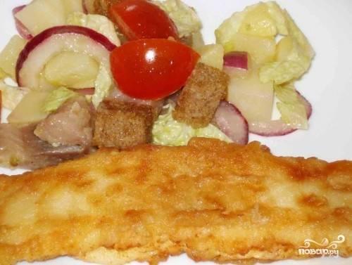 Когда рыба приобретет золотистый цвет, выкладываем ее на тарелку с любым гарниром. особенно хорошо подойдет легкий овощной салатик.