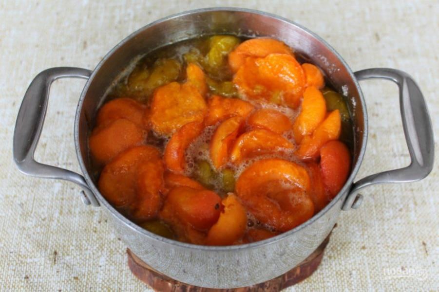 Слива и абрикос быстро пускают сок, в котором растворяется сахар. Варенье не перемешиваем.