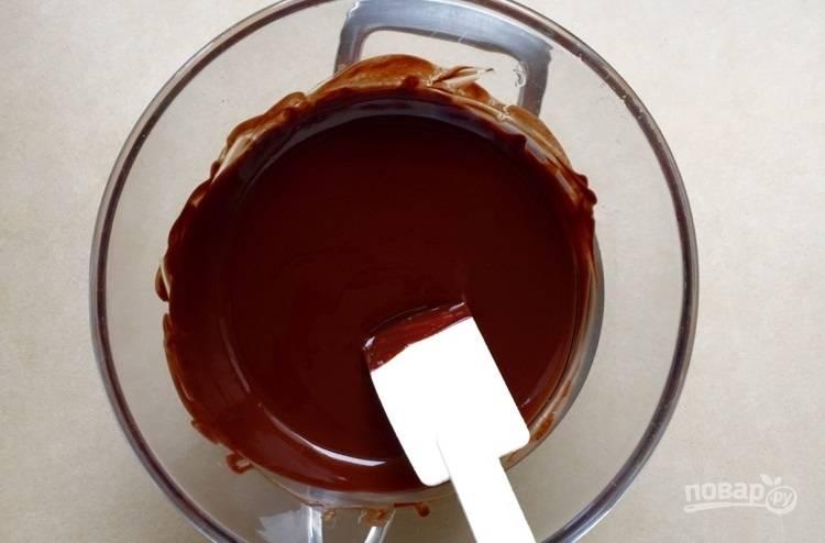 1.В миску раскрошите шоколад, добавьте к нему сливочное масло и растопите все на водяной бане.