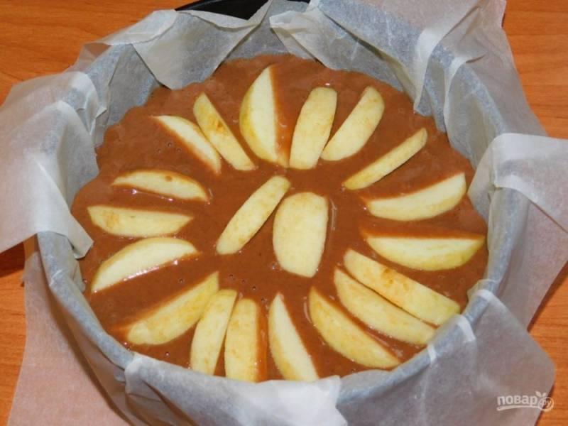 Яблоко очистите, нарежьте дольками и распределите по тесту. Поставьте в духовку, разогретую до 180 градусов на 40-50 минут.