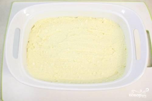 Равномерно распределите тесто поверх груш. Выпекайте в разогретой духовке в течение 40-50 минут, пока пирог не станет золотисто-коричневого оттенка.