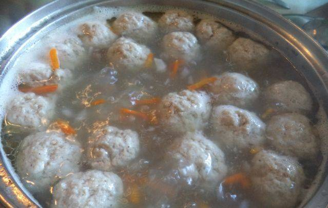 Добавляем фрикадельки в суп, варим минут 15.
