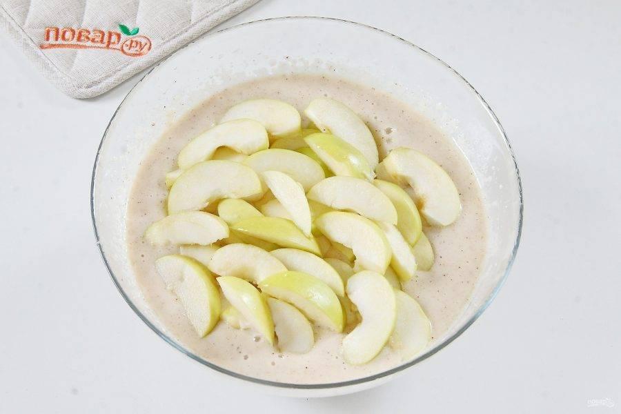 5. Перемешайте все еще раз до однородного состояния и добавьте нарезанные дольками яблоки.
