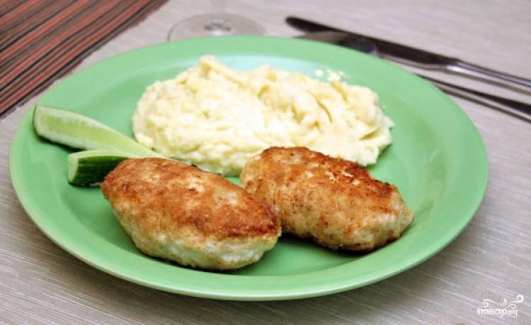 Такие котлетки идеальны с пюре и свежими овощами. Получается вкусно и гармонично. Приятного аппетита!