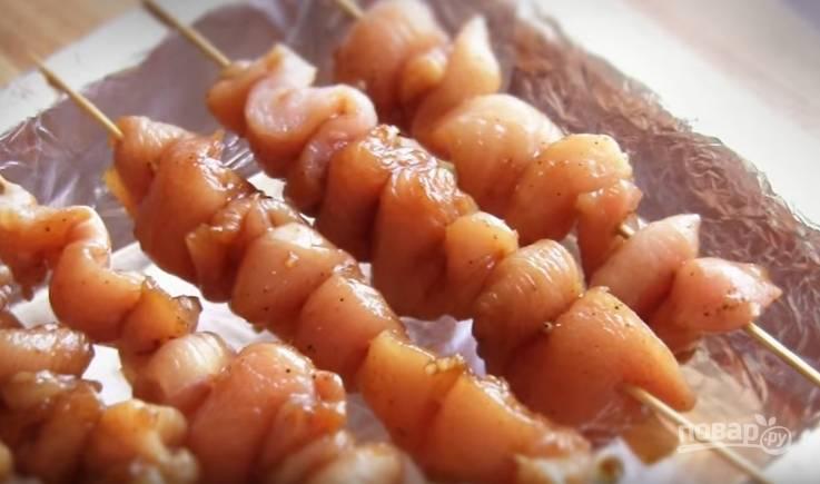 5. На шпажки мясо нужно нанизать гармошкой. Выложите их на противень, застеленный фольгой.