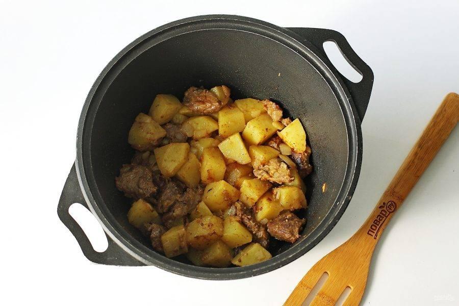 Добавьте картофель, обжарьте его периодически помешивая до легкой румяной корочки.