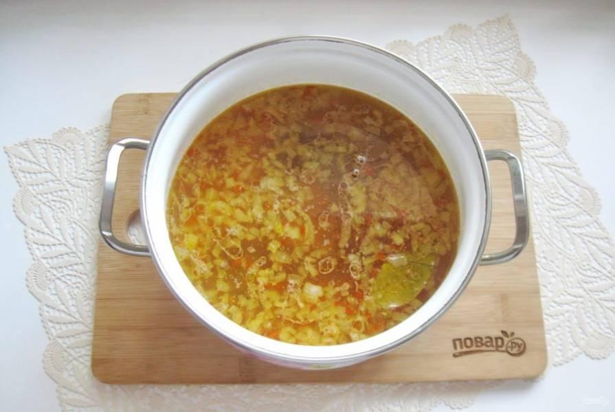 Добавьте в шурпу болгарский перец и картофель. Посолите и поперчите по вкусу. Выложите лавровый лист.