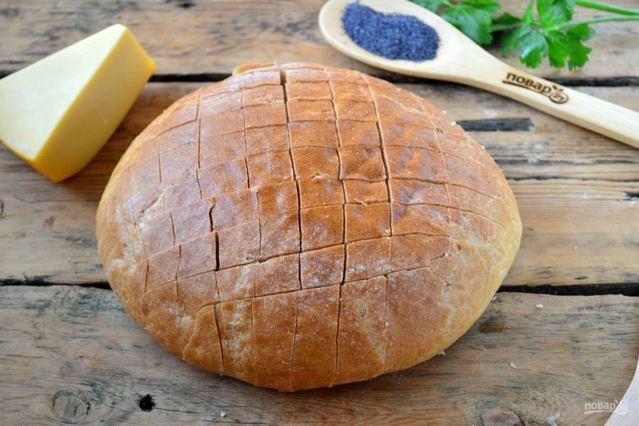 Хлеб порежьте вдоль и поперек, как показано на фото, но не дорезайте его до конца.