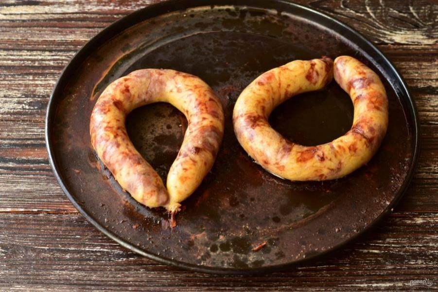 Отправьте ее в разогретую до 190 градусов духовку на 35-40 минут. Чтобы колбаса не лопнула, проткните ее в нескольких местах иголкой.