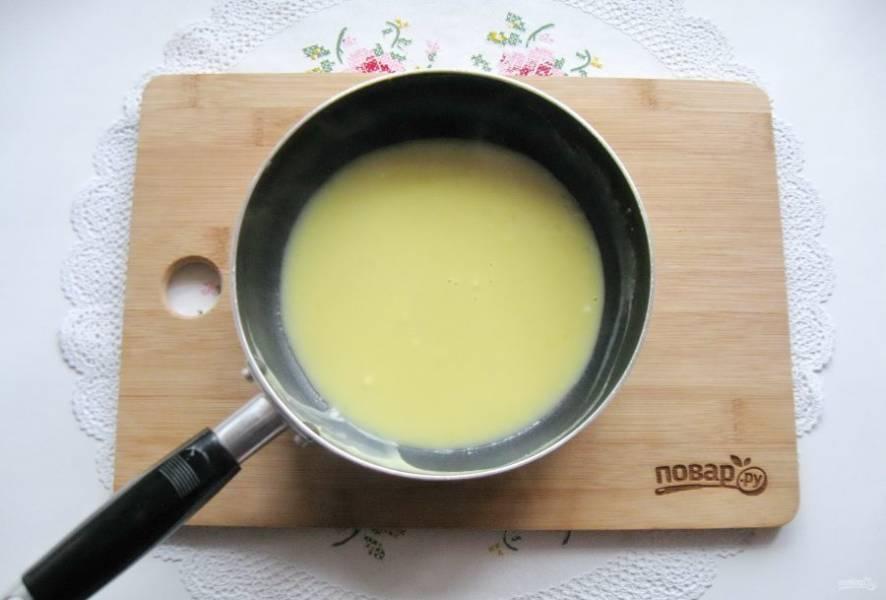 Добавьте половину чайной ложки муки и тщательно перемешайте все ингредиенты, чтобы не было комочков. После на небольшом огне, постоянно перемешивая, доведите соус до загустения, посолите по вкусу.