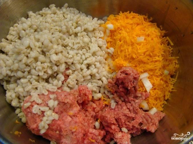 Теперь смешиваем в глубокой миске фарш, отваренную перловку, тыкву, лук и добавляем измельченный чеснок и куриное яйцо. Тщательно перемешиваем до однородности.
