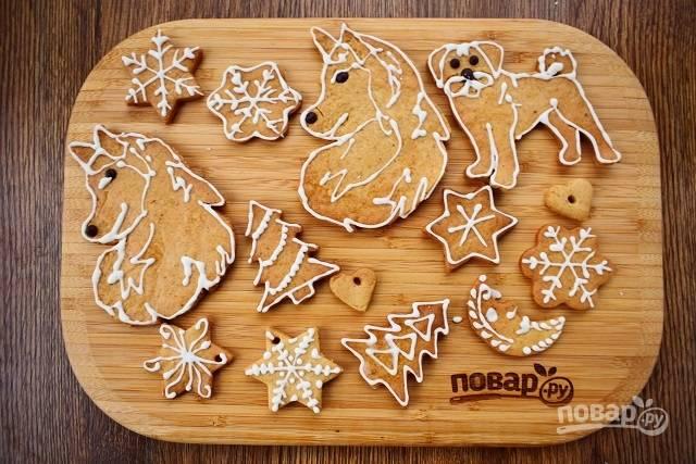 Нанесите глазурь на печенье, дайте высохнуть. Храните новогоднее пряное печенье в плотно закрытой емкости.