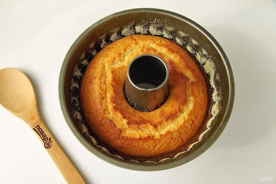Готовность проверьте деревянной шпажкой. Достаньте пирог из форму, посыпьте его по желанию сахарной пудрой и подавайте к столу.