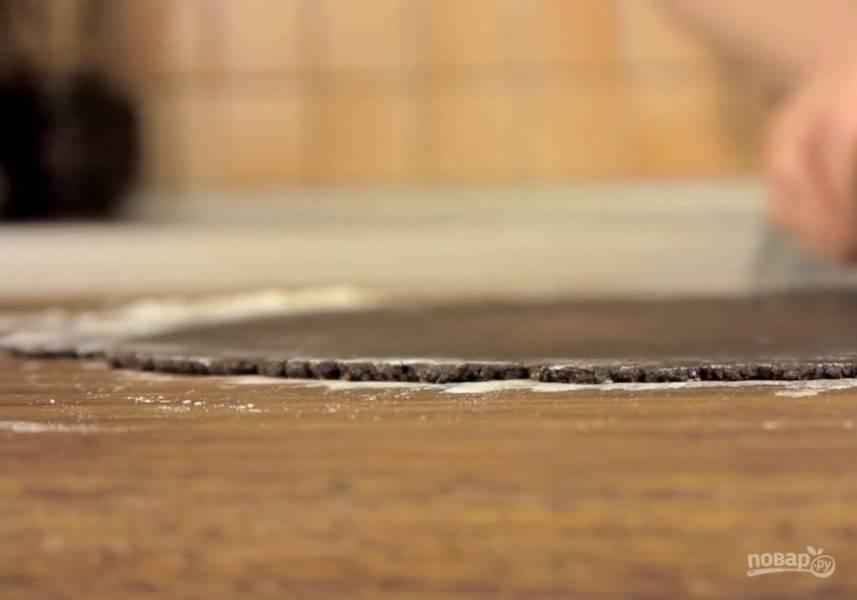 4. Крем переложите в миску и полностью остудите. На посыпанной мукой доске раскатайте кусочек теста в пласт толщиной 2-3 мм. Перенесите на бумагу для выпечки и наколите вилкой. Выпекайте в разогретой до 180 градусов духовке 8-10 минут.