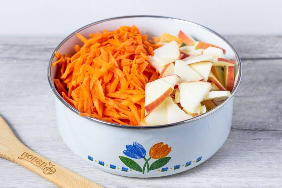 Добавьте морковь натертую на крупной терке и яблоко, нарезанное вместе с кожурой.