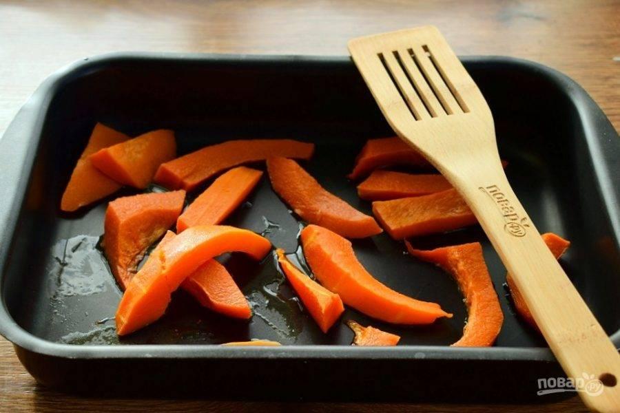 Тыкву очистите и нарежьте на ломтики, поставьте их запекаться в духовку при 200 °С  на  35 минут.