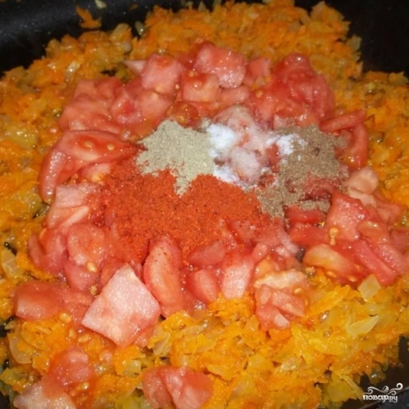 К обжаренным луку и моркови добавить мелко нарезанные помидоры, соль и специи.
