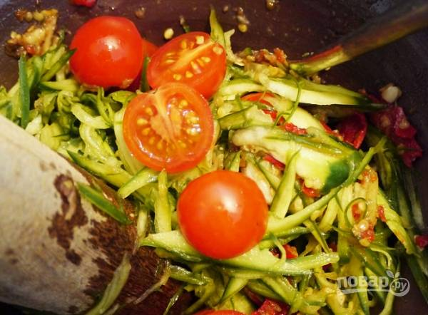5. Выложите нарезанные помидоры, добавьте рыбный соус и сок лимона.