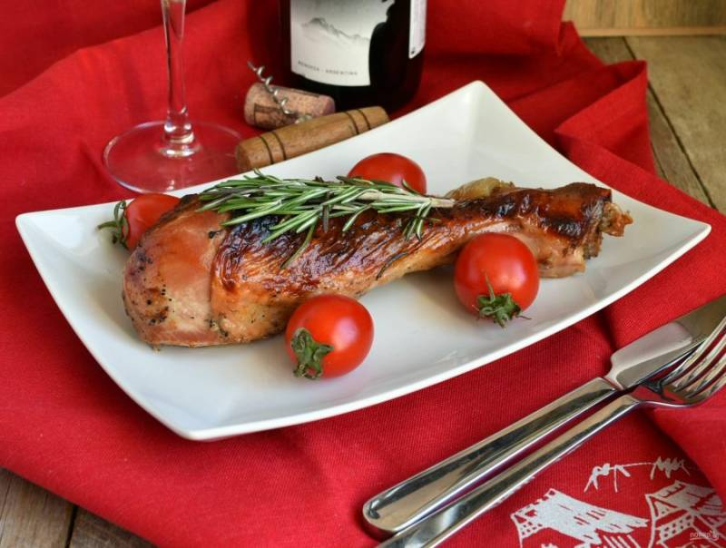 Готовые голени накройте фольгой, дайте им настояться минут 15. На стол подавайте со свежими овощами и белым вином.