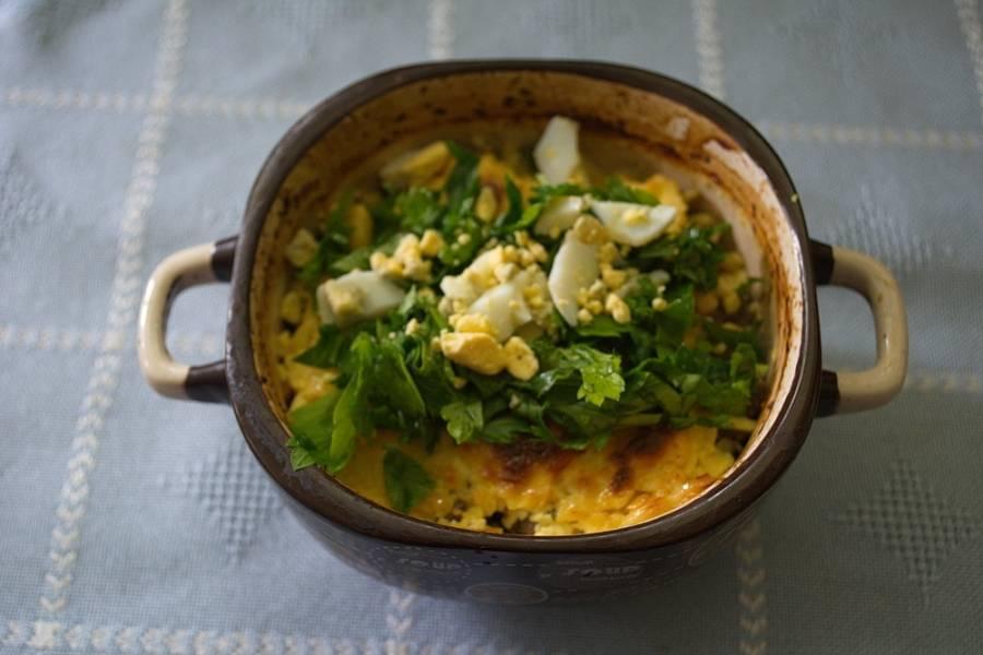 Достаньте мясо из духовки. Нарежьте зелень и отварные яйца. Выложите сверху и подайте к столу. Если такое мясо подавать с гарниром, то хватит на 4-6 человек, а если без гарнира, то на 2.