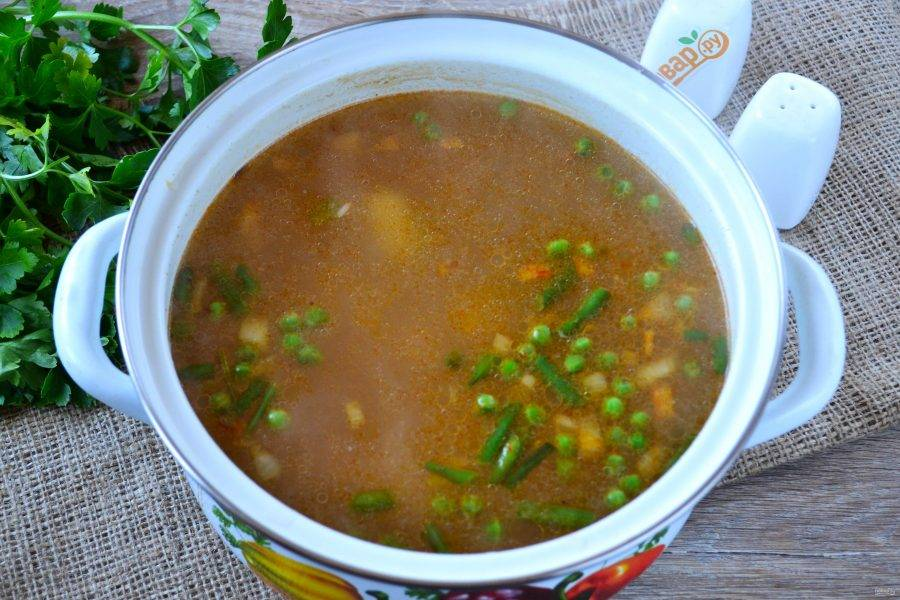 Когда картофель станет мягким, отправьте овощи в суп. Варите еще 5-10 минут до готовности всех ингредиентов.
