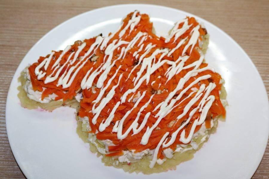 Далее слой моркови и майонезная сеточка.