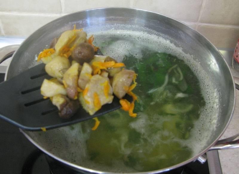 4. Лапша готовится быстро, так что почти сразу же добавьте измельченный шпинат, и зажарку со сковороды вместе с остатками масла.