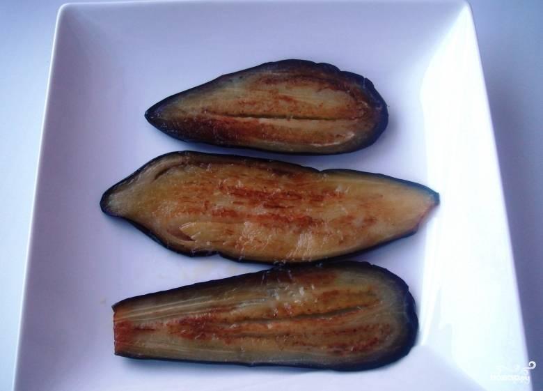 Ракалите в сковороде подсолнечное или оливковое масло. Обжаривайте каждый кусочек баклажана с двух сторон до коричневатого оттенка.