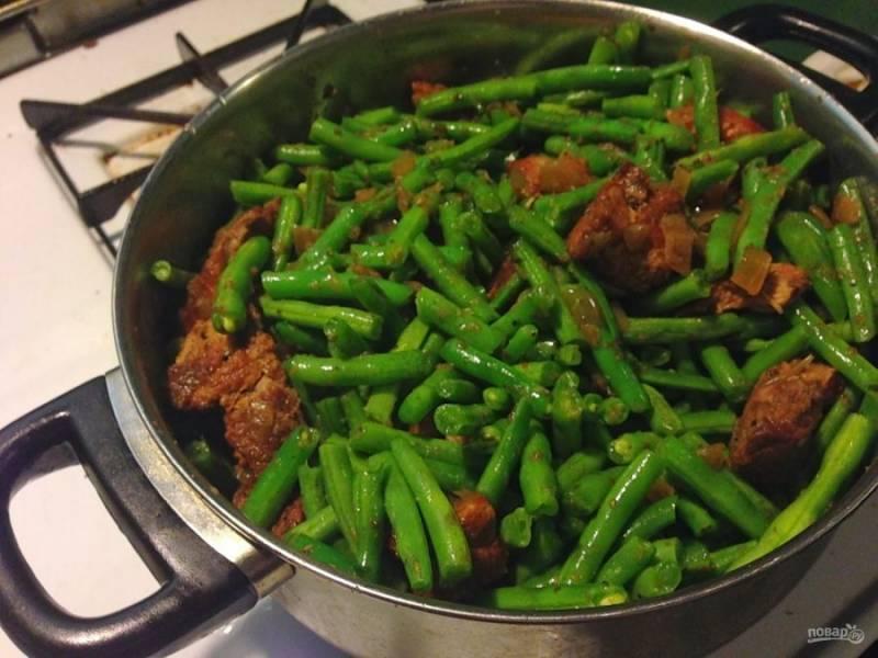 Добавьте зеленую фасоль и тушите, чтобы она стала немного мягкой. Добавьте специй по вкусу и подавайте блюдо к столу.