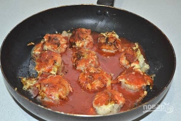 9. Влейте томатный сок. Добавьте немного соли и перца.